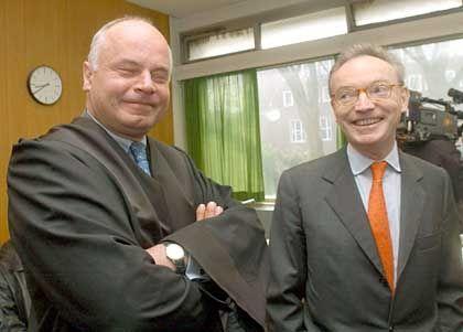 Klaus Esser (re) mit seinem Anwalt: Verklagst Du mich, verklag ich Dich