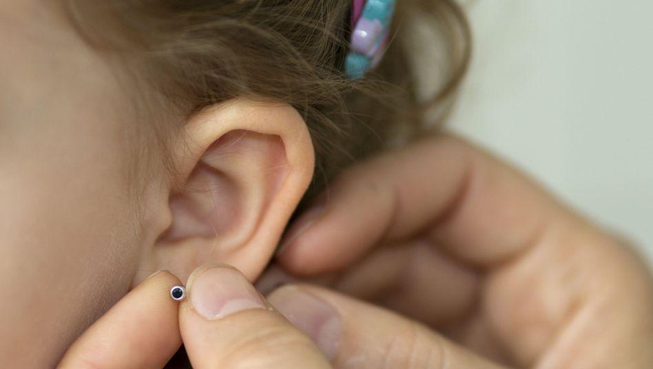 Ohrring: Enthält der Schmuck Nickel, kann eine Kontaktallergie mit Rötungen und Jucken die Folge sein
