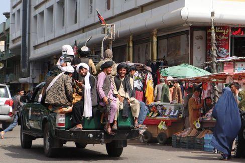 Talibankämpfer patrouillieren in Kabul