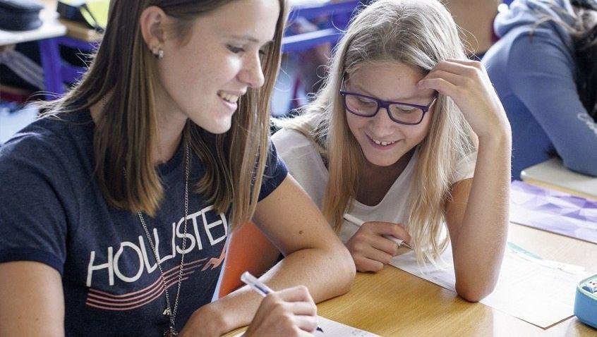 Schülerinnen im Unterricht Für die Schule, nicht fürs Leben