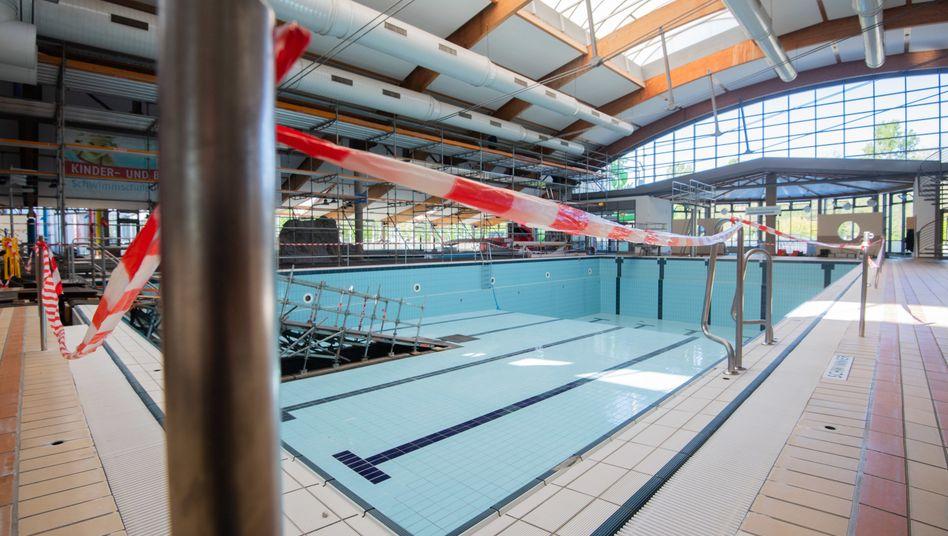 Gesperrtes Schwimmbad in Niedersachsen (Archivbild): Die Kommunen verzeichnen Einnahmeausfälle in Milliardenhöhe