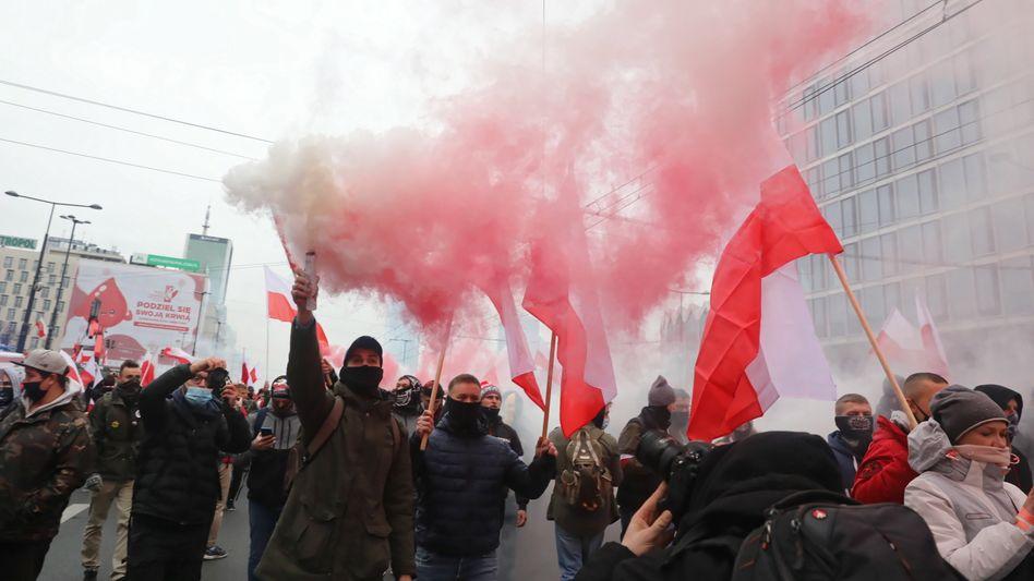 """""""Unsere Zivilisation, unsere Regeln"""": Teilnehmer des Unabhängigkeitsmarsches marschieren mit polnischen Flaggen"""