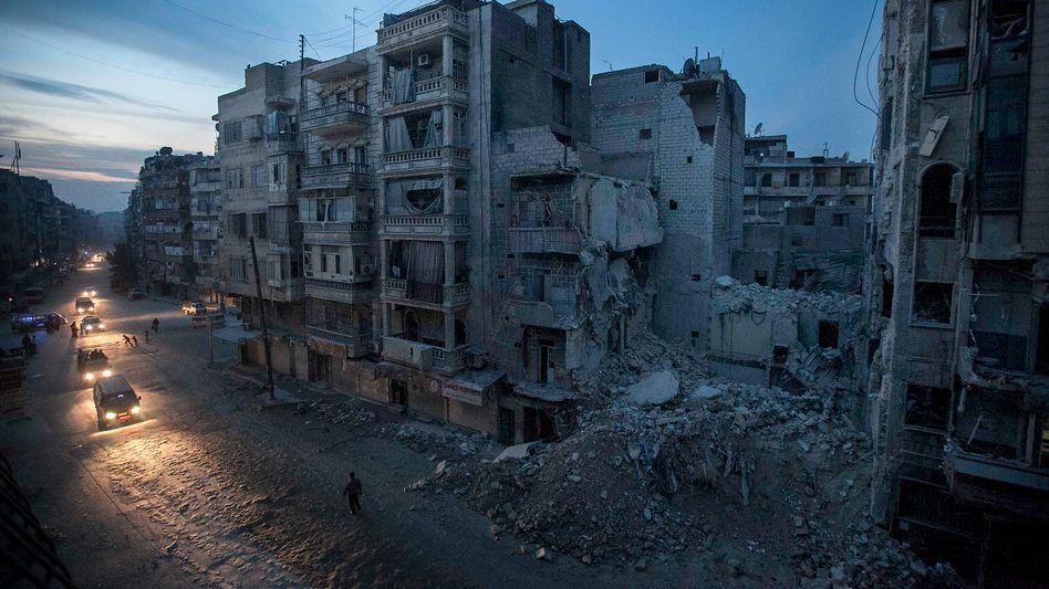 Zerstörte Gebäude in Aleppo, darunter das Krankenhaus Dar al-Schifa (Archiv): Viele Syrer nicht angemessen medizinisch versorgt