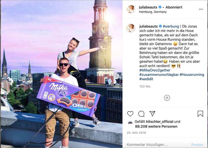 Julia Beautx bringt mit Jonas Ems die Milka-Oreo-Schokolade in die Kinderzimmer