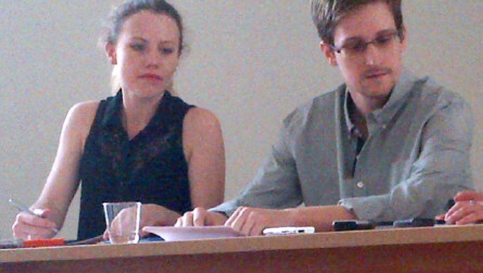 Sarah Harrison neben Snowden: Die Journalistin wirbt für Asyl in Deutschland