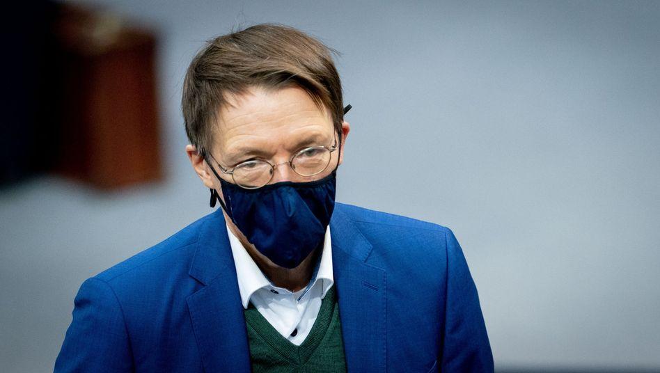 Karl Lauterbach (SPD) mit Mund-Nasenbedeckung bei einer Sitzung des Bundestages