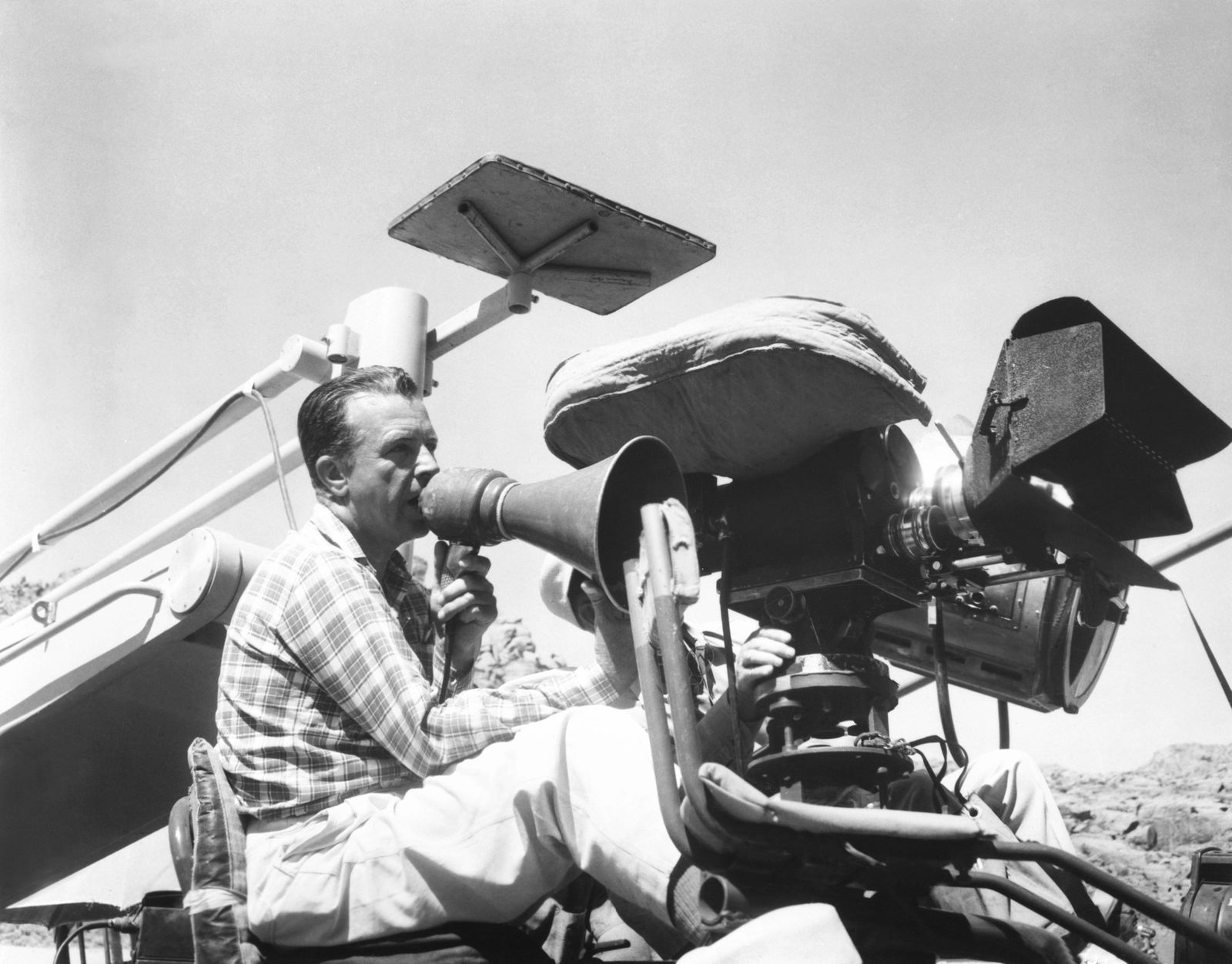 THE CONQUEROR, director Dick Powell on set, 1956 Courtesy Everett Collection PUBLICATIONxINxGERxSUIxAUTxONLY Copyright: