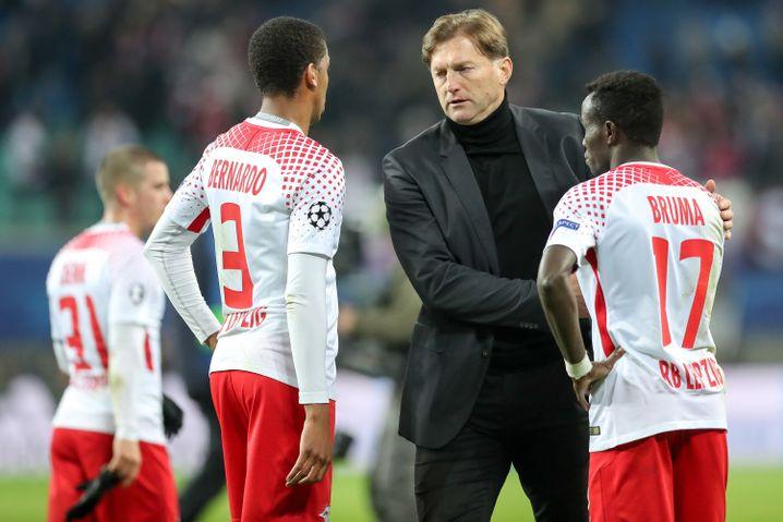 Ralph Hasenhüttl (Mitte) scheiterte in der Saison 2017/18 daran, sich bei RB Leipzig vom Gegenpressing zu emanzipieren