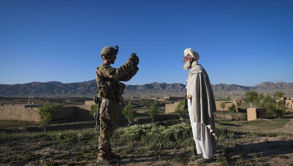 US-Soldat in Afghanistan fotografiert Einheimischen: Das Verhältnis ist oft angespannt