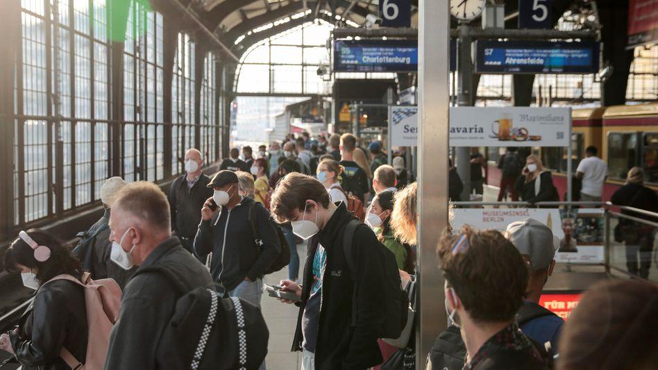 S-Bahn-Station in Berlin: Jeder Geimpfte schützt ein Stück weit auch die anderen
