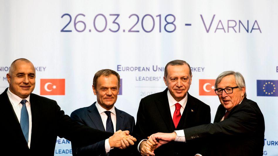 Donald Tusk, Recep Tayyip Erdogan, Jean-Claude Juncker auf dem EU-Türkei-Gipfel in Bulgarien (mit dem bulgarischen Premier Bojko Borissow (nur im Großbild))