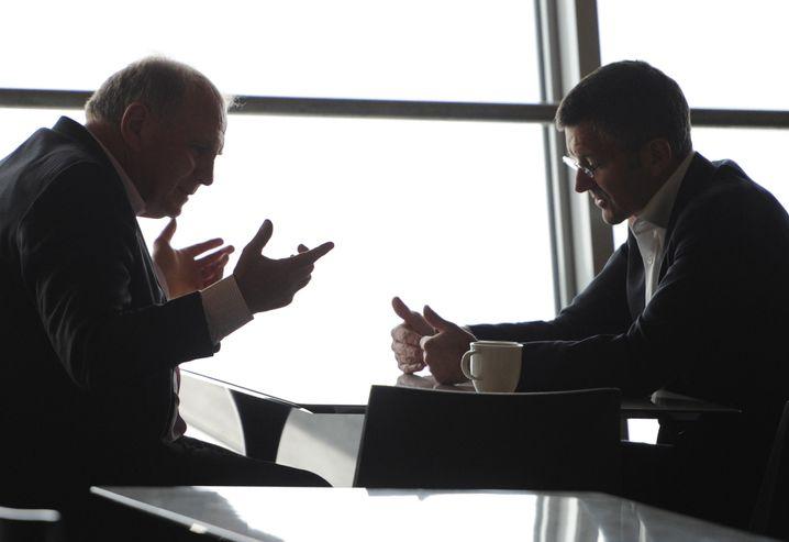 Hoeneß (l) im Gespräch mit Hainer - das Bild stammt aus dem Jahr 2013