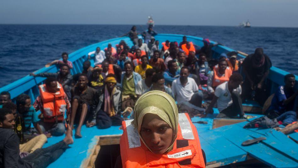 Geflüchtete auf einem Holzboot vor Lampedusa, Italien (Archivbild)