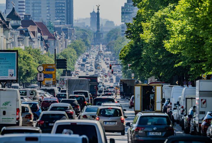 Stoßstange an Stoßstange: Autos und Lieferwagen drängeln sich auf dem Berliner Kaiserdamm
