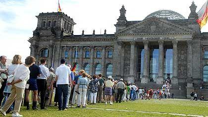 """""""Dem deutschen Volke"""": Volk vor dem Reichstag"""