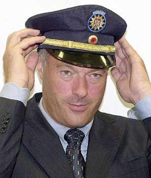 Schill hat sich für blaue Polizeiuniformen eingesetzt