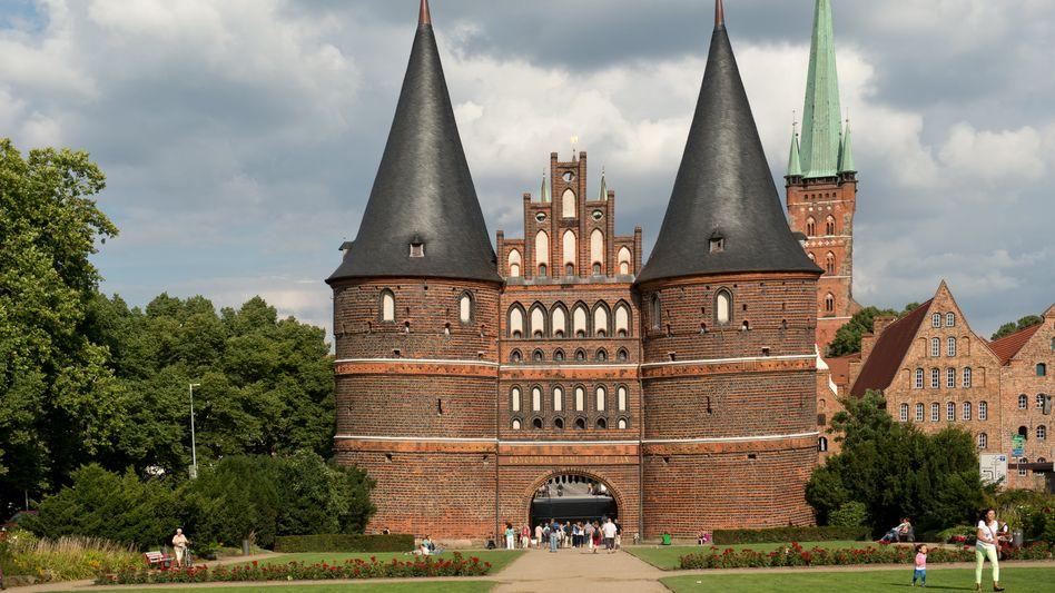 Das Holstentor ist das Wahrzeichen der Stadt Lübeck (Archivbild)