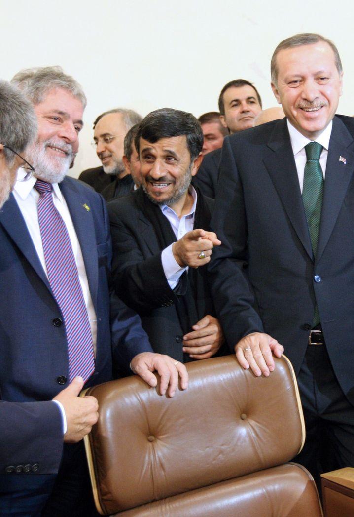 Regierungschefs Ahmadinejad (m.), Erdogan (r.) 2010