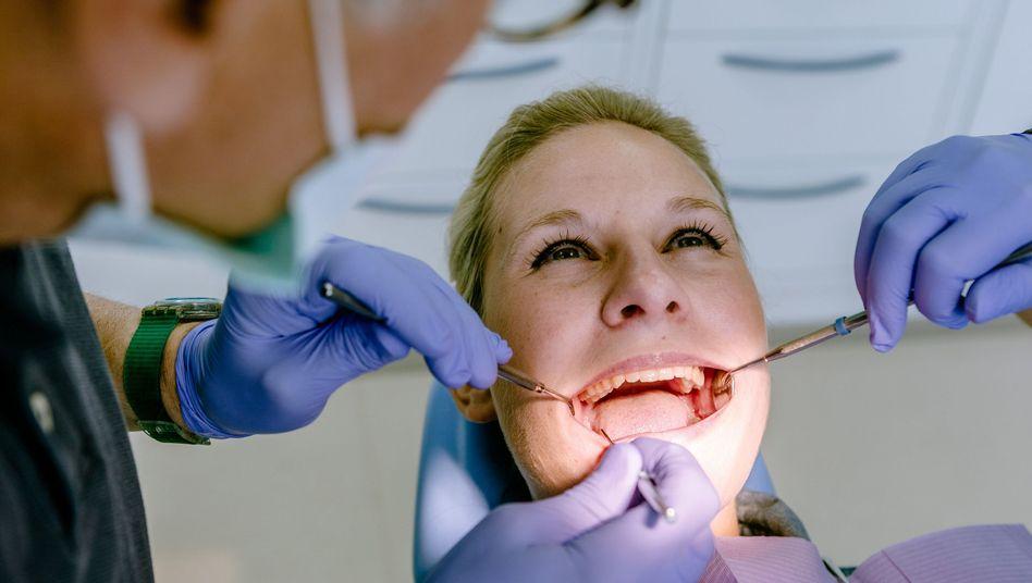 Termin beim Zahnarzt: Knirschen hinterlässt deutliche Schäden am Gebiss