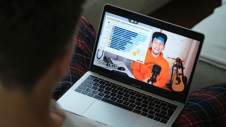 Surfer schaut das Rezo-Video