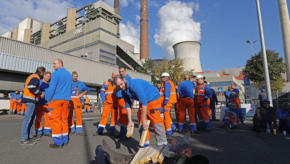 RWE-Beschäftigte vor dem Kraftwerk Neurath I
