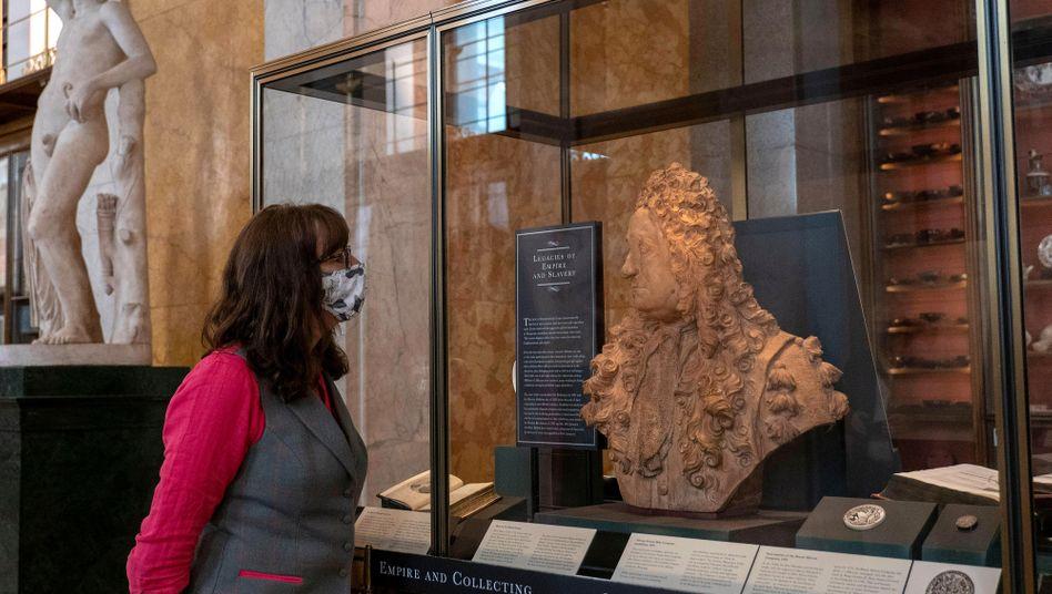 Büste von Hans Sloane an ihrem neuen Platz in einer Vitrine des British Museum