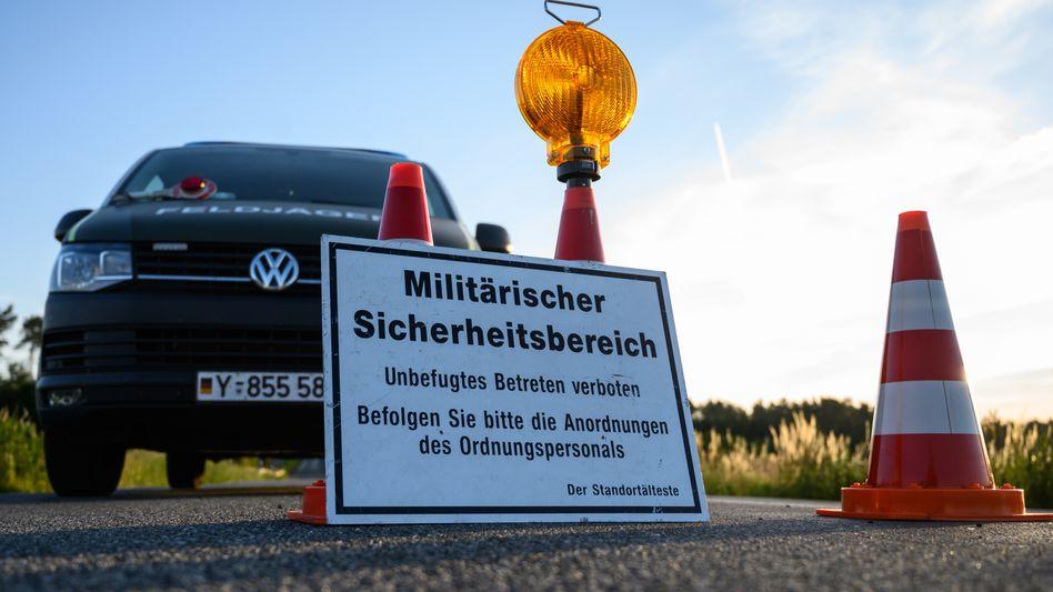 Gesperrte Straße in der Nähe der Eurofighter-Absturzstelle in Mecklenburg-Vorpommern