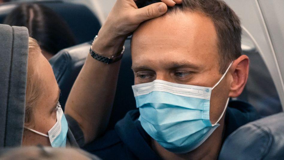 Alexej Nawalny auf seinem Heimflug nach Russland an der Seite seiner Frau Julia