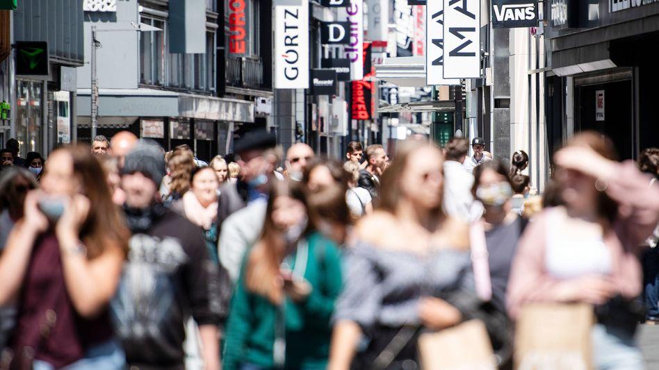 Hohe Straße in Köln (am 16. Mai): Kassensysteme müssen umgestellt, Preise neu ausgezeichnet werden