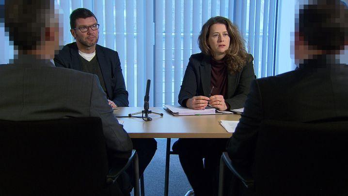 SPIEGEL-Redakteur Peter Müller und SWR-Kollegin Monika Anthes im Gespräch mit zwei türkischen Nato-Offizieren, die in Deutschland Asyl suchen