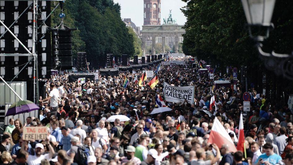Wenig Abstand, kaum Masken: Teilnehmer der Kundgebung am 29.8. auf der Straße des 17. Juni in Berlin