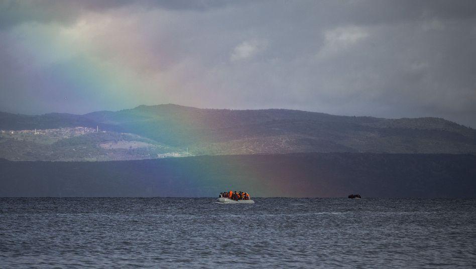 Flüchtlingsboot vor Lesbos (Archiv)