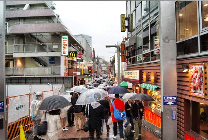 Tokio bei Regen: Geschiebe und Gedränge überall