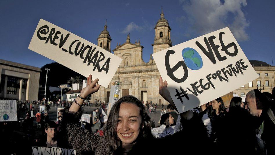 In Bogotá protestieren junge Kolumbianer für Klimaschutz und eine umweltverträgliche Lebensweise - und fordern etwa zum Veganismus auf