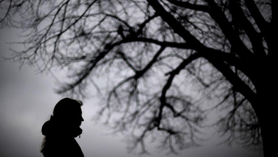 Frau vor Grau: Lange Wartezeiten, auch bei ernsten Depressionen