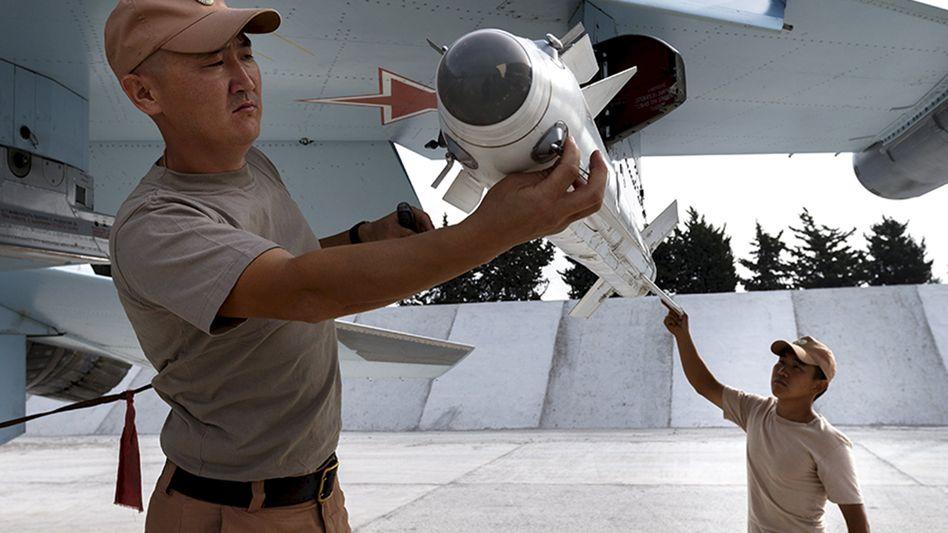 Wartung eines russischen Kampfjets vom Typ Su-30 in Syrien
