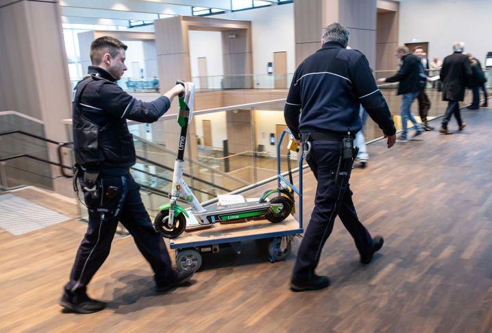Justizmitarbeiter mit dem E-Scooter im Landgericht