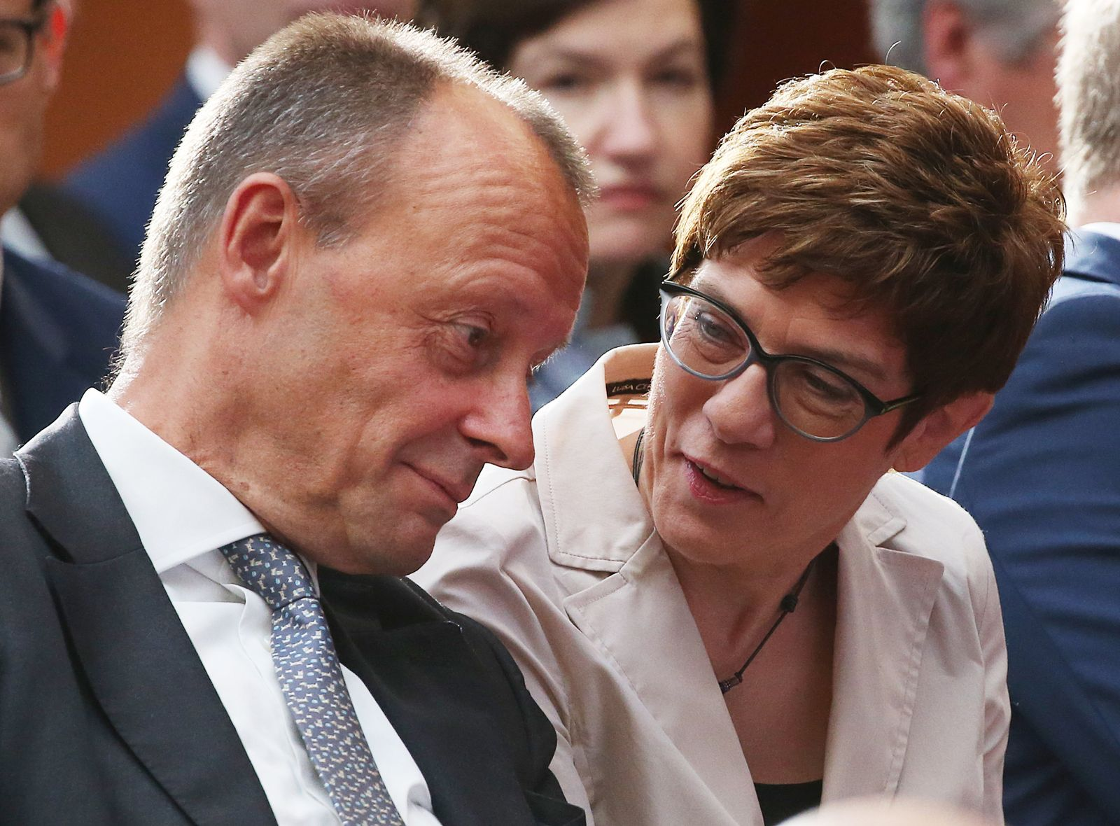 Kramp-Karrenbauer will Merz stärker einbinden - Lage