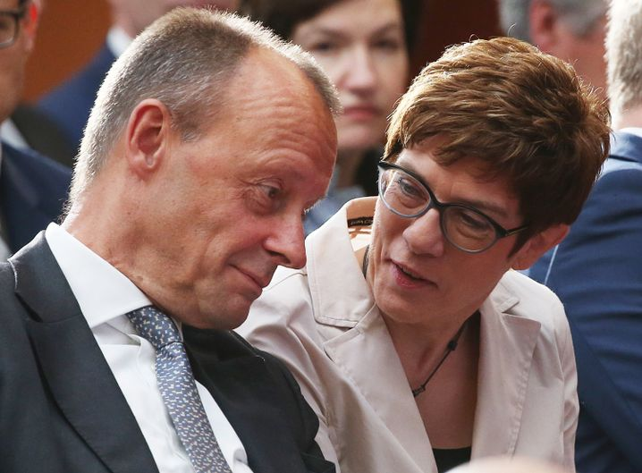 Kramp-Karrenbauer mit ihrem möglichen Nachfolger Merz (im Juni 2019): Dem soll sie sich nun unterordnen?