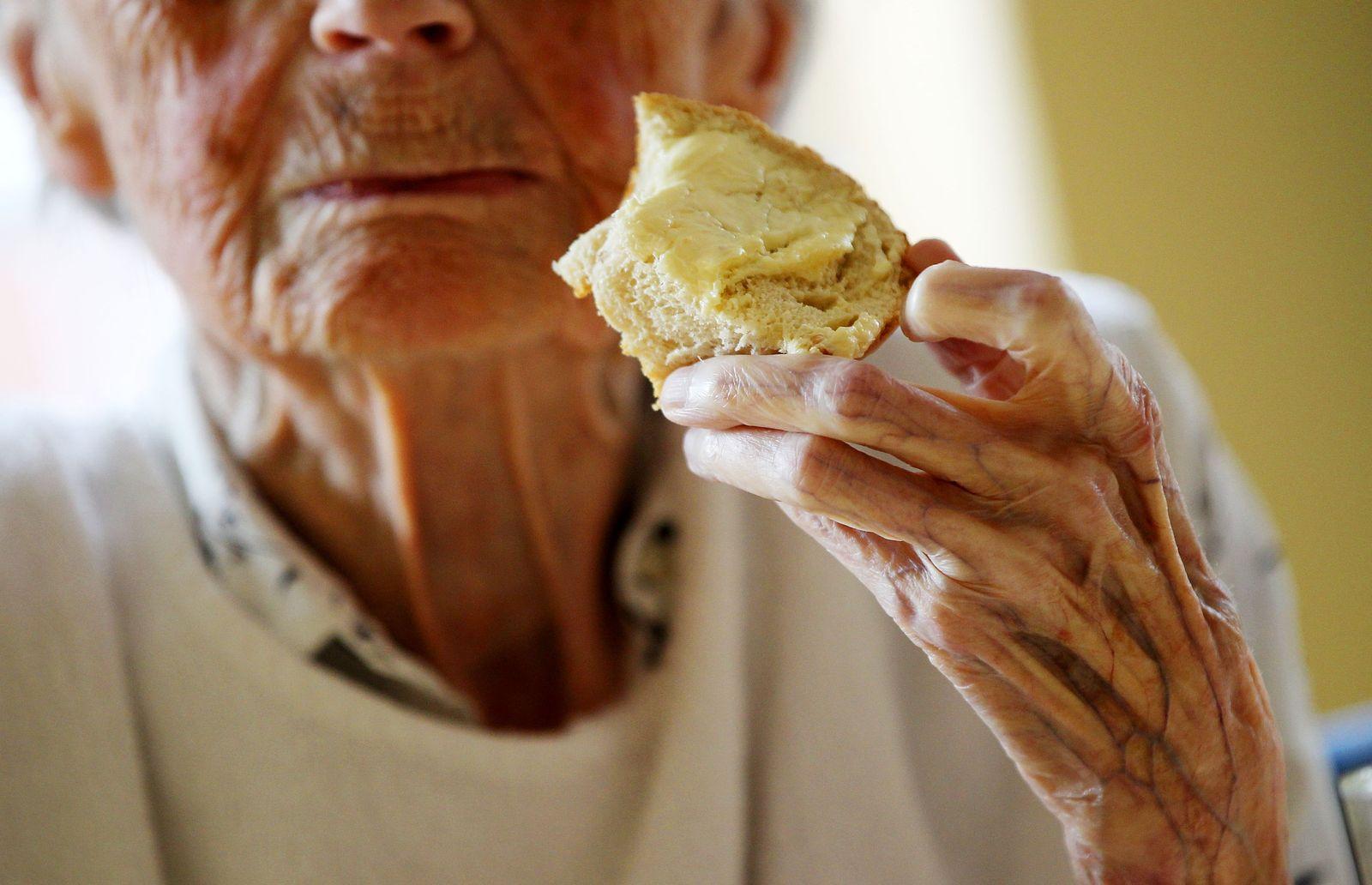 Pflege Altenheim alte Frau