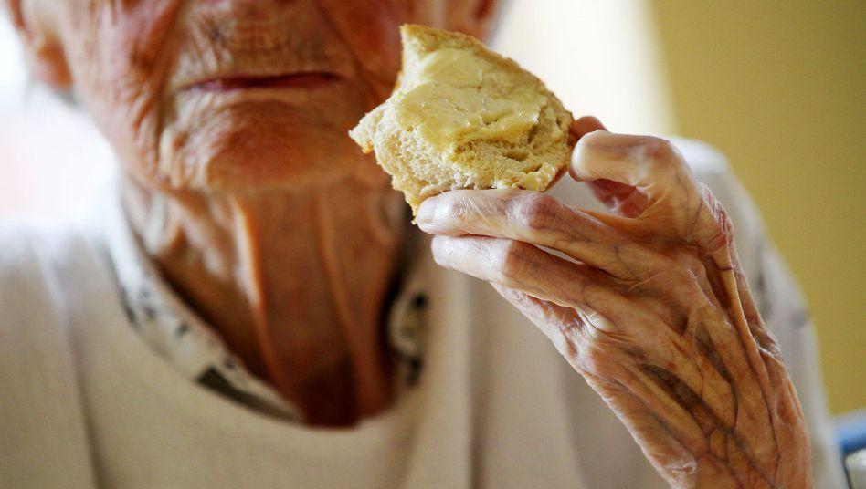 Frau in Altersheim: Eckpunkte des Pflege-Riester stehen