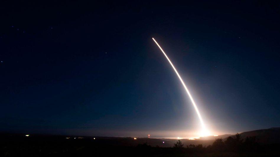 Raketenstart im Dunkeln