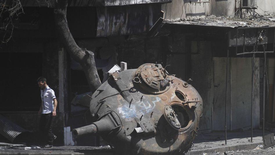 Panzerwrack am Stadtrand von Idlib: Russland schickt Kriegswerkzeug an Syrien