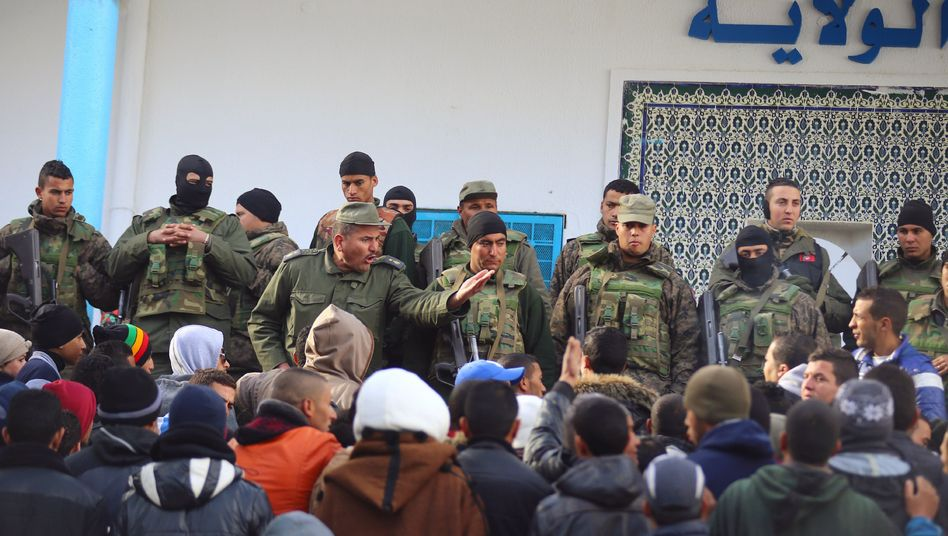 Soldaten und Demonstranten in Kasserine: Ausschreitungen nach Protesten