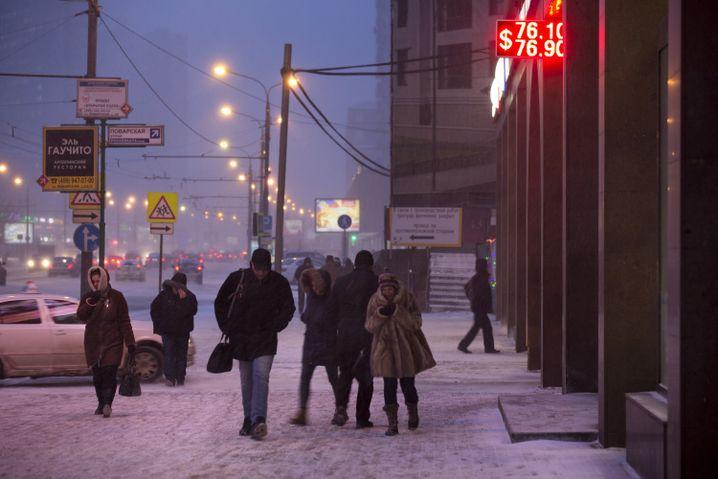 Menschen im verschneiten Moskau: 22 Millionen Russen leben unter dem Existenzminimum
