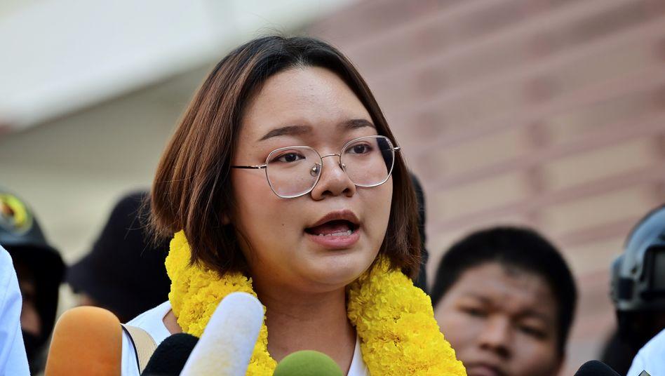 Protestanführerin Panusaya Sithijirawattanakul vor dem Polizeipräsidium in Bangkok