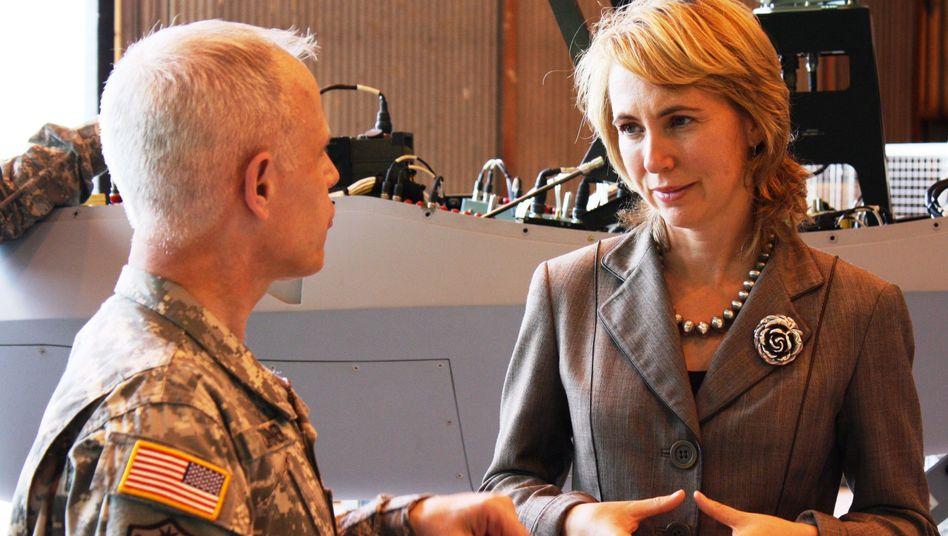Abgeordnete Giffords im Gespräch mit einem Soldaten: Keine Mainstream-Demokratin
