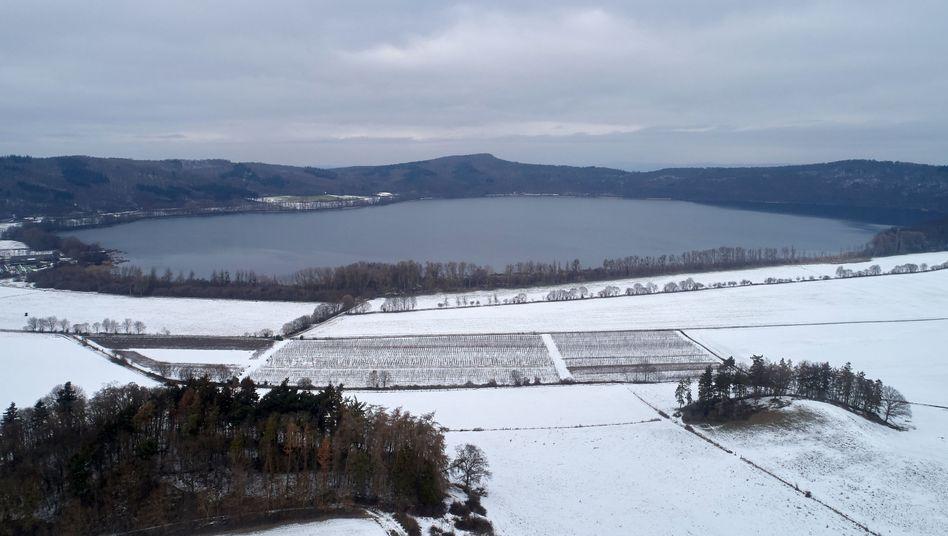 Luftaufnahme des Laacher Sees in Rheinland-Pfalz