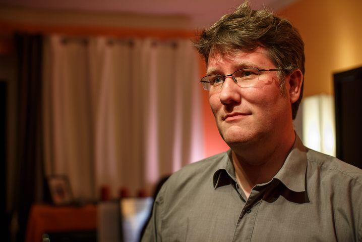 Marco Maas in seiner Wohnung: Er kennt die Risiken seines Haushalts und hat sich abgesichert