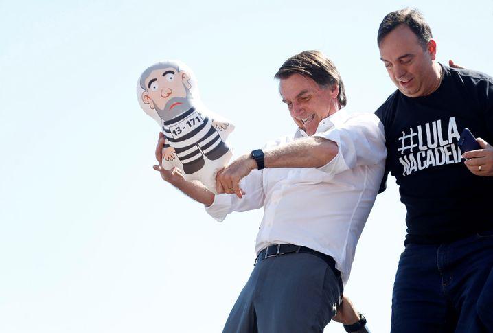 Bolsonaro ringt mit einer Lula-Puppe, genannt »Pixuleco«